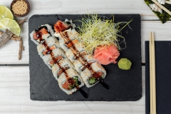 SUSHI-Uramaki-z-łososiem